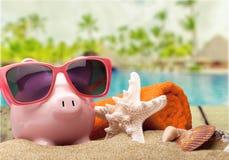 Копилка с солнечными очками на песчаном пляже Стоковая Фотография RF