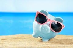 Копилка с солнечными очками на пляже песка Стоковые Фотографии RF