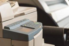 Копируя и просматривая документы на машине стоковые изображения rf