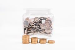 копилка, золотая монетка кучи, с текстом слова сохраняет деньги на бумаге i Стоковые Фото