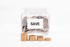 копилка, золотая монетка кучи, с текстом слова сохраняет деньги на бумаге i Стоковое Изображение RF