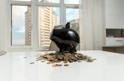 Копилка на таблице офиса против вида на город Стоковое Фото