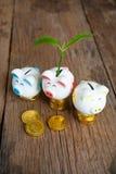 Копилка при дерево растя от его растя ваши деньги стоковое изображение rf
