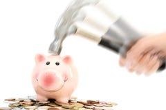 Копилка разбила или затормозила молотком на куче денег предлагая финансовый кризис Стоковое Изображение RF