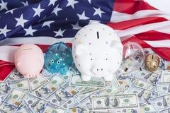 Копилки на долларах с американским флагом Стоковая Фотография
