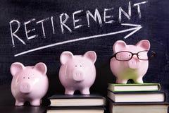 3 копилки с сообщением сбережений выхода на пенсию Стоковая Фотография
