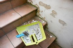 Копните с грязью и exfoliated finery на лестницах подвала стоковое изображение