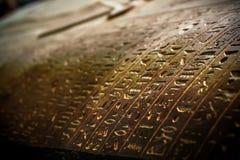 Коптские сочинительства на coffen мумии Стоковые Фото