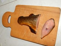 Копченое вырезывание рыб на доске Стоковые Фотографии RF