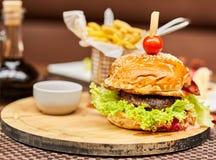 Копченые бургер и фраи говядины Стоковые Изображения RF