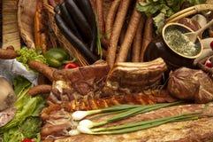 Копченые мясо и сосиска - сельская таблица стоковые фото