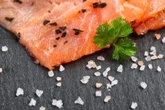 Копченые одичалые salmon куски с травами приправой на естественной черноте Стоковое фото RF