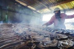 Копченые рыбы на плите в лете, Тайване Стоковые Изображения