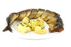 Копченые рыбы с кипеть картошкой на белой предпосылке Стоковая Фотография RF