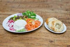 Копченые семги и овощи и бейгл Стоковая Фотография
