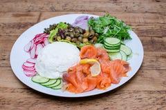 Копченые семги и овощи и блюдо сыров Стоковые Изображения
