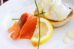 Копченые семги при яичко Венедикт и установленные scones Стоковое Фото