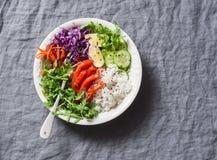 Копченые семги, рис, шар силы Будды овощей на серой предпосылке, взгляд сверху Красная капуста, моркови, arugula, рис, копченая с Стоковые Фото
