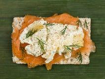 Копченые семги с салатом картошки на Crispbread Rye Стоковые Фотографии RF