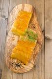 Копченые шотландские пикши с укропом на деревянной доске Стоковое фото RF