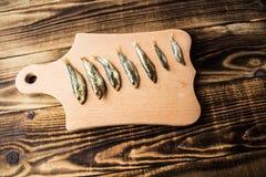 Копченые шпротины на деревянной предпосылке стоковое изображение