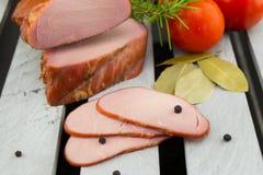Копченые tenderloins свинины Отрезанные мясо и овощи стоковые изображения rf