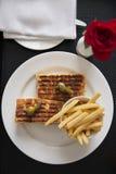 Копченый сандвич Турции, авокадоа и бри Стоковые Фотографии RF