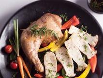 Копченый цыпленок с смешанным Saland Стоковые Фото