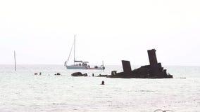 Кораблекрушение на греческом пляже в зоне Epanomi Thessaloniki Греции сток-видео