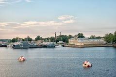 Корабли войск в Kronstadt Взгляд собора Андрюа апостола Россия Стоковые Изображения