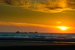 Корабли во время захода солнца в Европе Blankenberge стоковое изображение rf