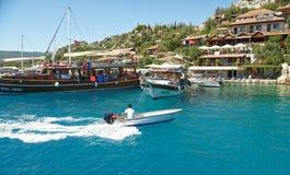 Корабли ждут туристов в порте Плавая wi шлюпки Стоковое Изображение