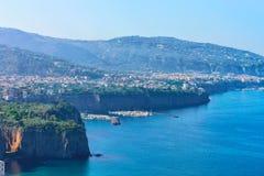 Корабли и шлюпки в порте Марины большом в Сорренто стоковые изображения