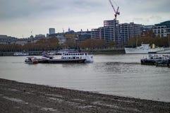 Корабли и шлюпки в реке thames стоковая фотография rf