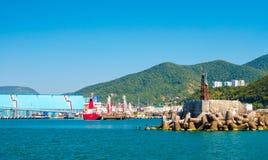 Корабли на заливе, волнорез на море и зеленые холмы на предпосылке Стоковое Изображение RF