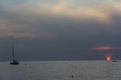 Корабли на море во время захода солнца Стоковое Изображение