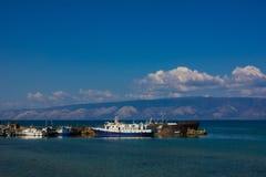 Корабли на пристани на яркий солнечный день Стоковые Изображения
