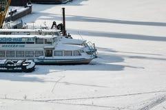 Корабли на parki зимы на реке Tura Tyumen Стоковое Изображение RF