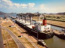 Корабли пересекая Панамский Канал, Miraflores запирают, Панама (город) стоковое изображение