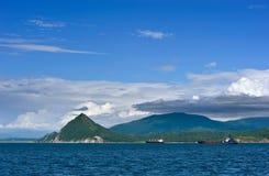 Корабли стоят в roadstead в большом заливе на летний день Стоковые Изображения