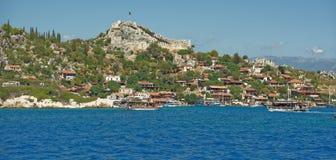 Корабли с туристами на борту плавают к порту и стоят туда Стоковое Изображение