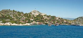 Корабли с туристами на борту плавают к порту и стоят туда Стоковые Фотографии RF