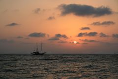 Корабль в заходе солнца стоковое фото rf