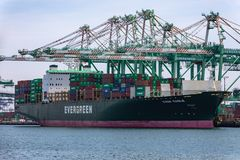 Корабль грузового контейнера тарифов и торговой войны Стоковые Фото