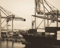 Корабль грузового контейнера фото Sepia античный на порте стоковая фотография rf