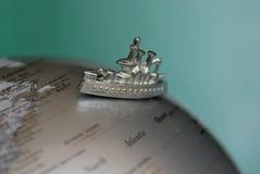 Корабль игрушки на глобусе стоковое фото rf