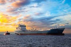 Корабль и заход солнца топливозаправщика стоковые изображения