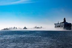 Корабль и остров в тумане Стоковая Фотография RF