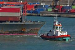 Корабль контейнера и шлюпка бирки стоковая фотография rf