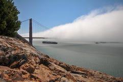 Корабль контейнера под мостом золотистого строба Стоковые Фотографии RF